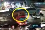 Clip: Hãi hùng xe tải chở quá khổ đâm sập cầu đi bộ ở Trung Quốc