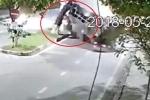 Clip: Va vào thân cây mọc nghiêng, xe tải lật nhào giữa đường ở Hải Phòng