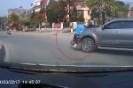Clip: Xe biển đỏ phóng nhanh, tông văng rồi kéo lê xe máy ở vòng xuyến