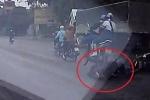 Clip: Tránh ô tô đi ngược chiều, 2 người đi xe máy ngã ra đường, bị xe sau cán qua