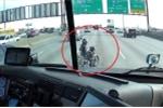 Ngỡ ngàng trước hành động của tài xế xe tải khi bị môtô cản đường trên cao tốc