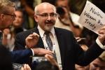 Video: Nhà báo Mỹ bị kéo ra khỏi cuộc họp báo chung Trump-Putin