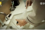 Video: Hoảng hồn xem nhân viên khách sạn 5 sao dùng cọ bồn cầu rửa cốc cho khách