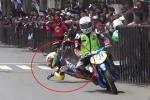Video: Bị đối thủ huých ngã, tay đua mô tô đón lõng, quăng bao tải 'rửa hận'