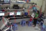 Nhân viên 'dán mắt' vào điện thoại, 'nữ quái' trộm ví trong tích tắc