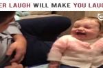 Em bé cười giòn tan khi nghe bố nói chuyện