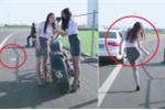 Clip: Ngồi trong ô tô xả rác ra đường, bị gái xinh cao tay dạy bài học nhớ đời