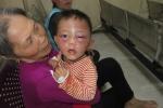 Bé trai 2 tuổi bị đánh đập dã man ở Nghệ An: Triệu tập bố dượng để điều tra
