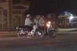 Clip: 3 nữ 'ninja' dừng xe 'tám chuyện' gần nửa tiếng giữa quốc lộ