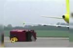Video: Đọ sức với máy bay, ô tô bị xé vụn như đồ chơi