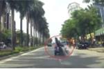 Ô tô chuyển làn đột ngột, xe máy chở gạo tông bẹp đuôi