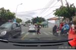 Clip: Được ô tô nhường đường, cô gái trẻ rối rít cúi đầu cảm ơn