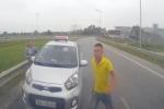 Video: Tài xế taxi vung tuýp sắt đòi đánh nhau khi bị chặn đầu