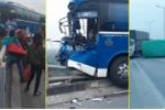 Xe khách 'vắt vẻo' trên cầu Thanh Trì sau va chạm với xe tải