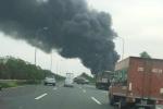Cháy dữ dội xưởng sơn giáp đại lộ Thăng Long, cột khói đen bao trùm cả khu vực