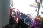 Tài xế xe khách vừa lái xe vừa ăn mỳ gây bức xúc