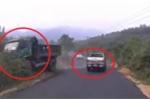 Clip: Ô tô bán tải vượt kiểu 'giết người', ép xe tải lao vào bụi rậm