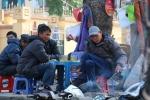Ảnh: Người dân Hà Nội tìm cách chống chọi đợt rét kỷ lục trong 2 năm qua