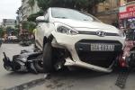 Người đi đường nâng ô tô, cứu nạn nhân trong gầm xe