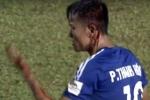 Cầu thủ Quảng Nam đầu bê bết máu sau va chạm với trung vệ HAGL