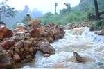 Núi lở ầm ầm, 400 hộ dân bị cô lập