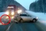 Video: Bị ô tô đâm, bé gái 1 tuổi vẫn thoát chết