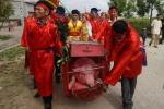 Báo nước ngoài đưa tin về lễ chém lợn làng Ném Thượng