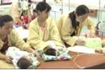 Rơi nước mắt xem clip trắng đêm với dịch sởi ở viện Nhi Trung ương