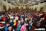 Khoảnh khắc hiệu trưởng ĐH Kinh tế Quốc dân trong 'rừng tay' của hơn 1.000 sinh viên sau chiến thắng của U23 VN