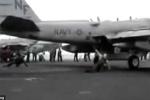 Chiến cơ thổi kỹ thuật viên văng hàng chục mét trên tàu sân bay
