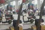 Thấy bóng dáng CSGT, đoàn người dắt xe máy ngược chiều dưới lòng đường Hà Nội