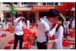 Nam sinh bất ngờ hôn bạn gái giữa sân trường trong lễ bế giảng ở Thái Bình
