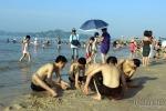 Nắng nóng kỷ lục, bãi biển Hạ Long kín người từ sáng sớm