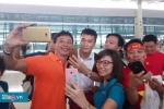 Clip: Fan vây kín, nô nức chụp ảnh với Olympic Việt Nam ở sân bay