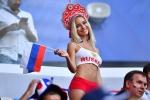 'Cổ động viên đẹp nhất World Cup' người Nga tái xuất, làm náo loạn khán đài