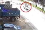 Xe máy phóng tít mù, đâm sầm vào đàn trâu đang qua đường