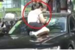 Clip: Vợ nhảy lên mui ô tô Audi đang đi trên phố, đánh ghen chồng và nhân tình