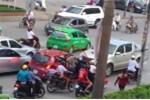 Tạm giữ tài xế xe bán tải lùi xe đâm chết cụ bà đi xe đạp ở Nghệ An