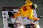Các lễ hội nguy hiểm nhất thế giới: Thót tim xem 'ma quỷ' nhảy qua trẻ sơ sinh
