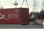 Hú vía xe đầu kéo nổ lốp, thùng container nặng hàng chục tấn rơi xuống đường