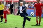 Video: Tổng thống Putin trổ tài chơi bóng đá cùng Chủ tịch FIFA