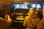 Video: Cá cược với bạn, tài xế Nga lao xe vào hầm đi bộ gây hoảng loạn