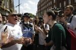 Anh: 100.000 nguoi phan doi Tong thong Donald Trump o London hinh anh 15