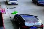 Clip: Em bé rơi từ nhà cao tầng trúng ô tô, đứng dậy đi như siêu nhân