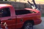 Người lớn sơ ý, trẻ con ngã lộn cổ từ thùng xe