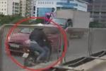 Hai cô gái phóng xe máy vun vút, đi ngược chiều trên đường cao tốc