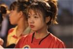 Video: Nữ cầu thủ xinh như búp bê hát Em gái mưa tặng mẹ