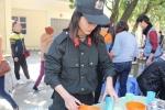 Nữ chiến sỹ cảnh sát cơ động xinh đẹp mang nụ cười đến với trẻ em cơ nhỡ
