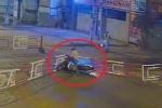 Clip: Thanh niên lao xe máy đâm gãy thanh chắn tàu, hàng chục người hoảng hốt giải cứu