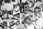 Tuyệt đại đa số phụ huynh bày tỏ ý kiến, vì sao vẫn có người phản đối 'sữa học đường'?